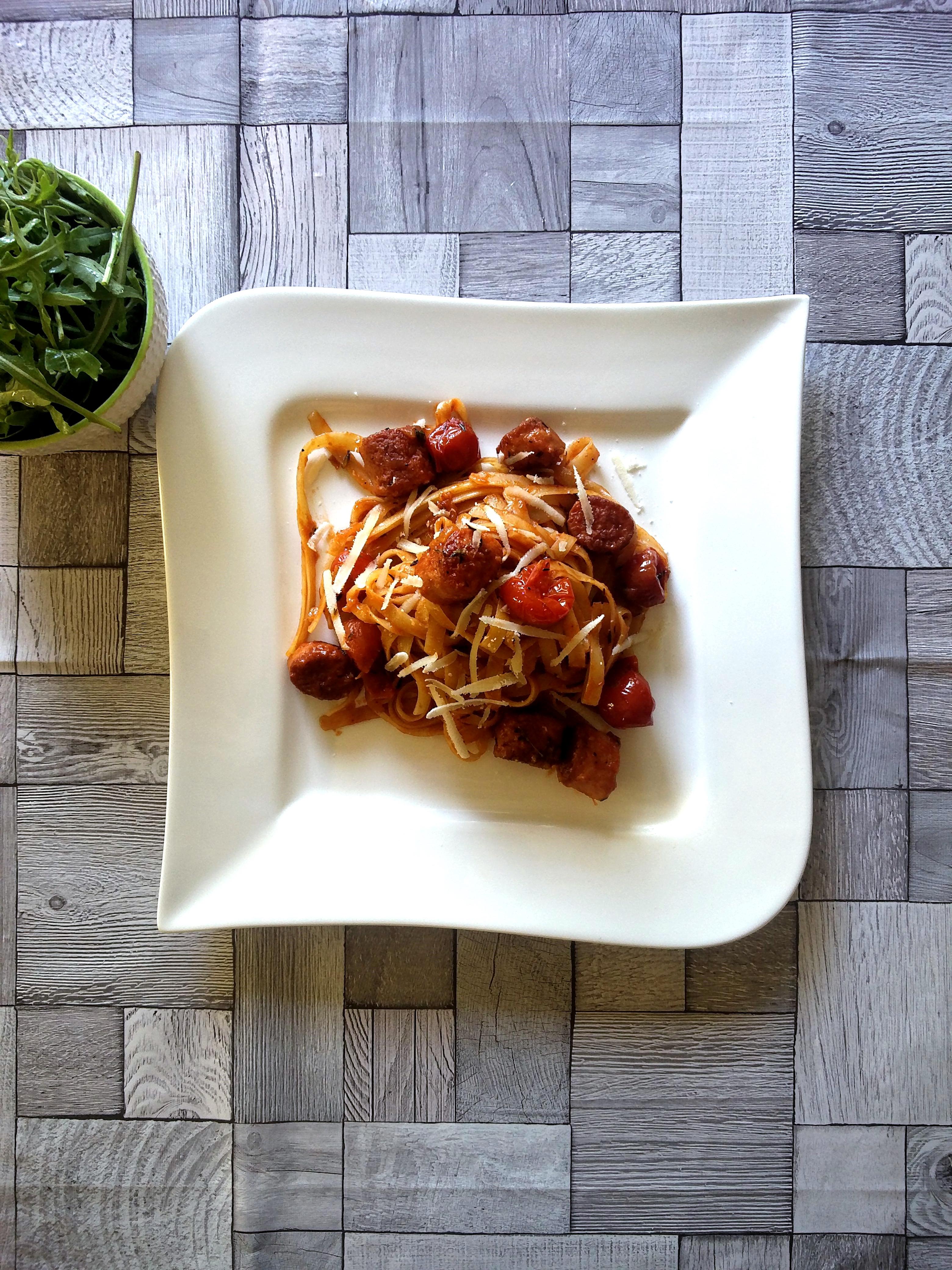 Salsiccia-Pasta mit Thymian und Orangen-Tomatensauce