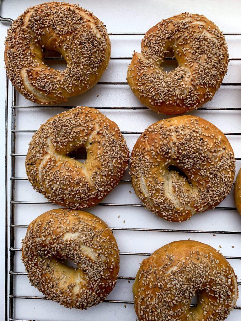 Sechs Bagels, frisch aus dem Ofen