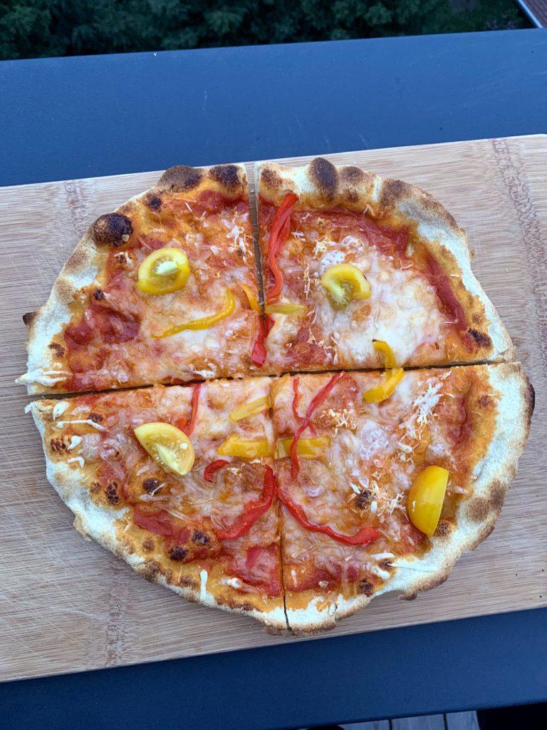 Der Teig macht eine Pizza, die sehr einen knusprigen Rand bekommt.